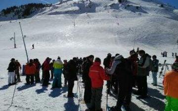 Grupo de 30 usuarios de centros en la nieve