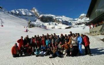 Grupo de 40 Usuarios de centros en la nieve
